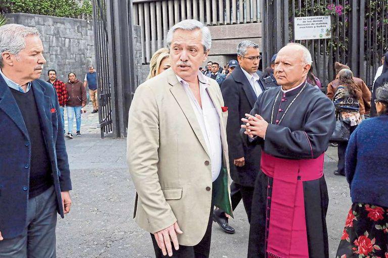 Solá, Fernández y, detrás, Fabiola Yáñez, al salir de la Basílica de Guadalupe