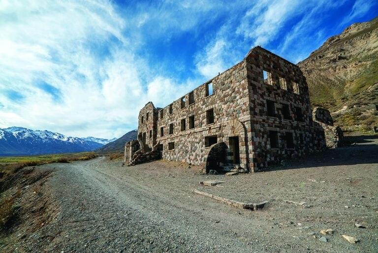 El Sosneado es un pueblo que está situado sobre la ruta 40 en el margen norte del río Atuel.