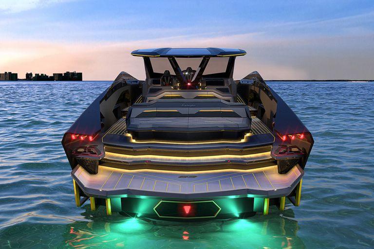 El Tecnomar Lamborghini 63 tiene de 63 pies de longitud (unos 19 metros), posee dos propulsores MAN V12 de 2000 CV cada uno, lo que se traduce en que este barco deportivo llega hasta los 4000 CV