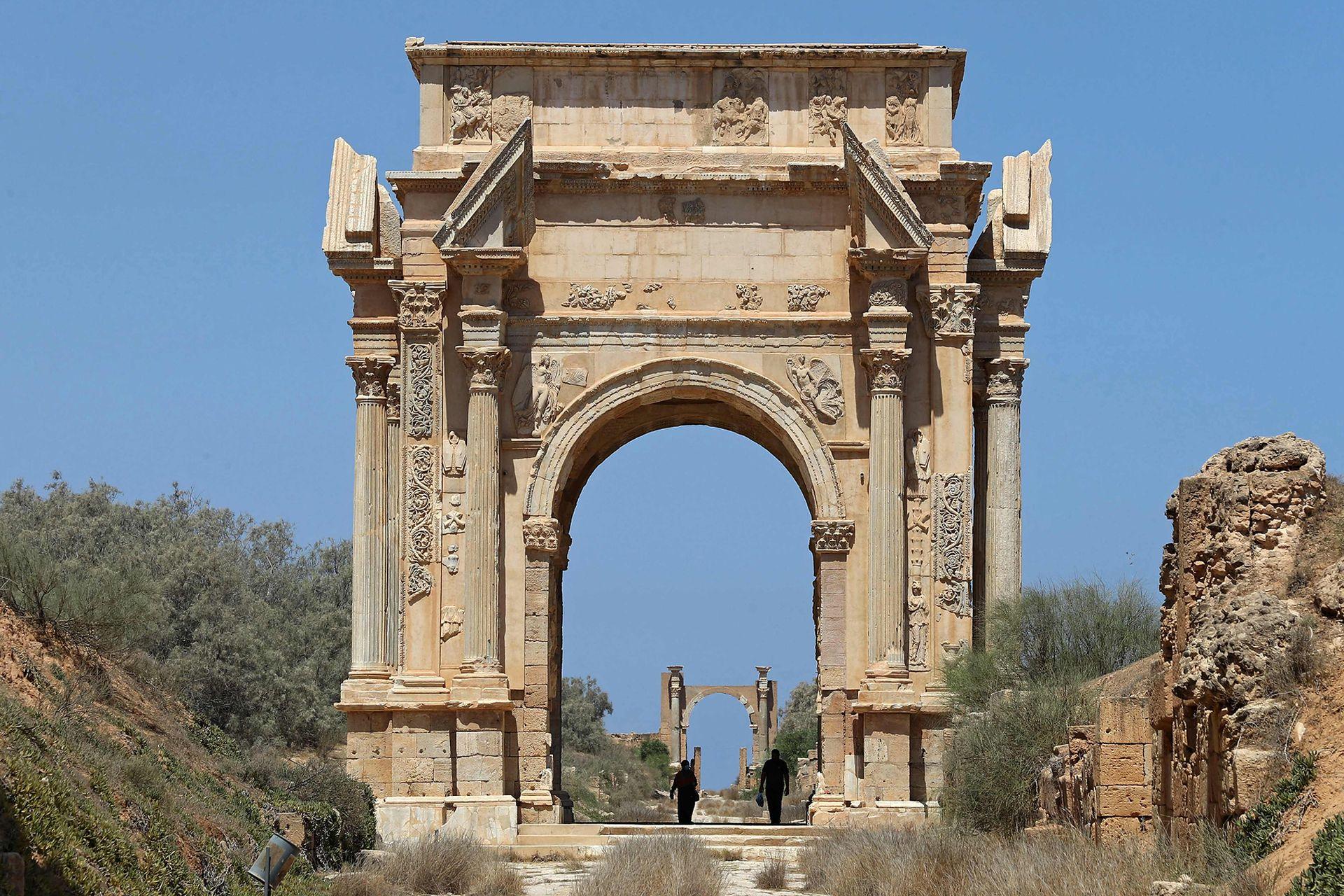 Pocos turistas caminando bajo el Arco de Sptimus Severus
