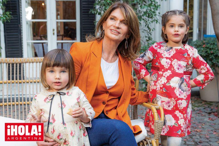 En su casa de Barrio Parque, posa con sus nietas Esmeralda y Kenya