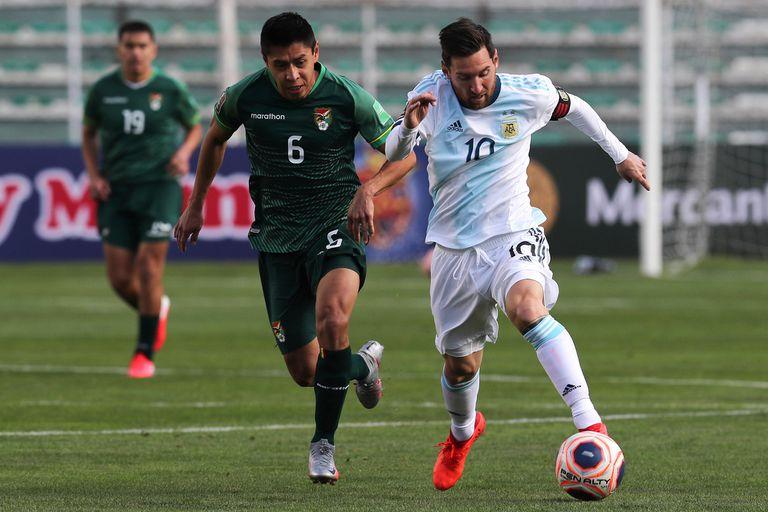 Lionel Messi empezó poco activo en La Paz y fue apareciendo con el correr de los minutos; lo persigue Diego Wayar.