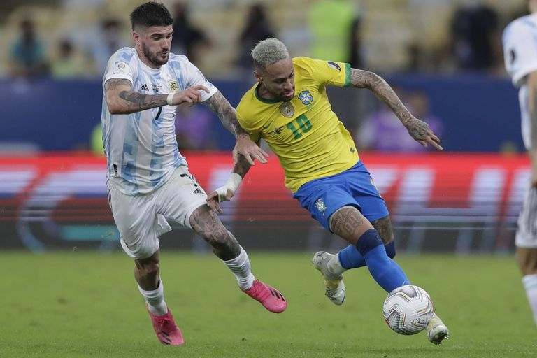 Rodrigo De Paul, la gran figura de la final, disputa la pelota con Neymar, que intentó hasta el final con sus gambetas