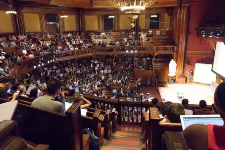 Así se veía una de las clases de CS50, en el Teatro Sanders de Harvard, antes de que se desatara la pandemia