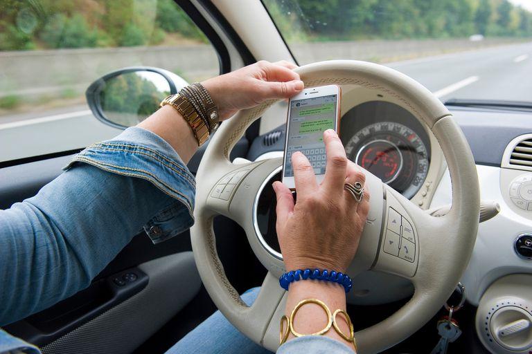 Tres de cada cuatro conductores argentinos admite que se distrae durante el manejo, y el uso del smartphone y de WhatsApp está entre los principales causantes de esta desatención al volante