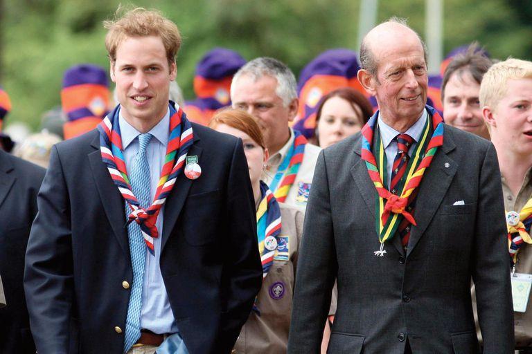 En julio de 2007, el príncipe William junto al Scout Alistair Frankel y el duque de Kent durante la ceremonia de apertura del Jamboree Scout Mundial 21st en Hylands Park.