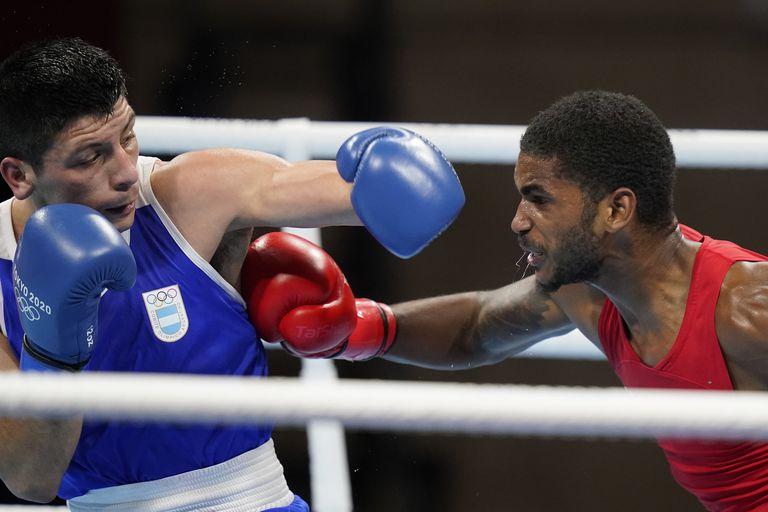 Delante Johnson, de Estados Unidos, en la pelea contra el argentino Brian Arregui durante los Juegos Olímpicos