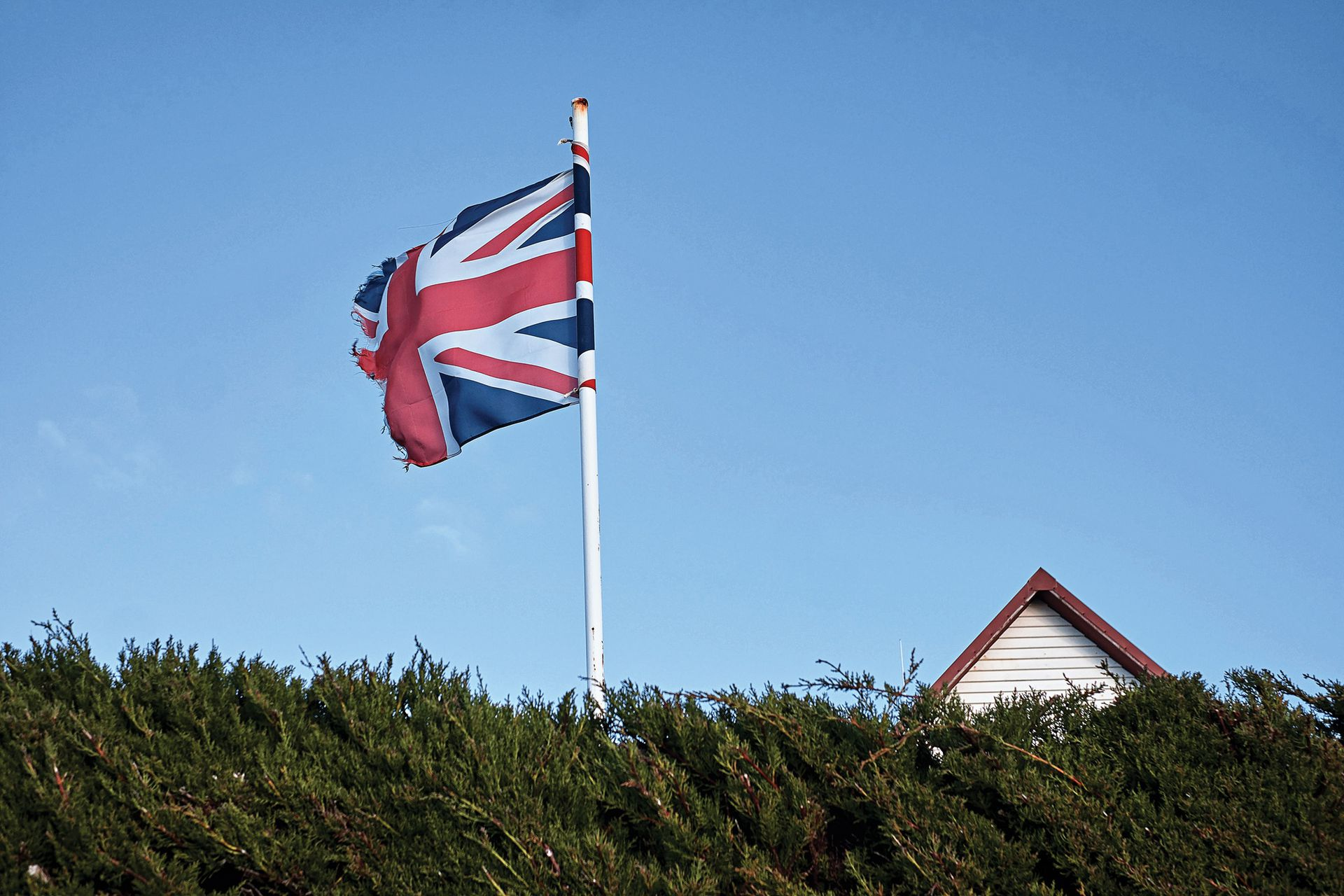 En una casa particular flamea la bandera del Reino Unido