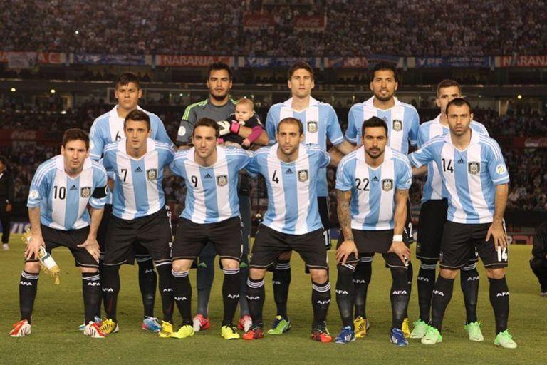 Walter Montillo, entre Messi y Gonzalo Higuaín, en uno de los seis partidos que jugó en la selección mayor.