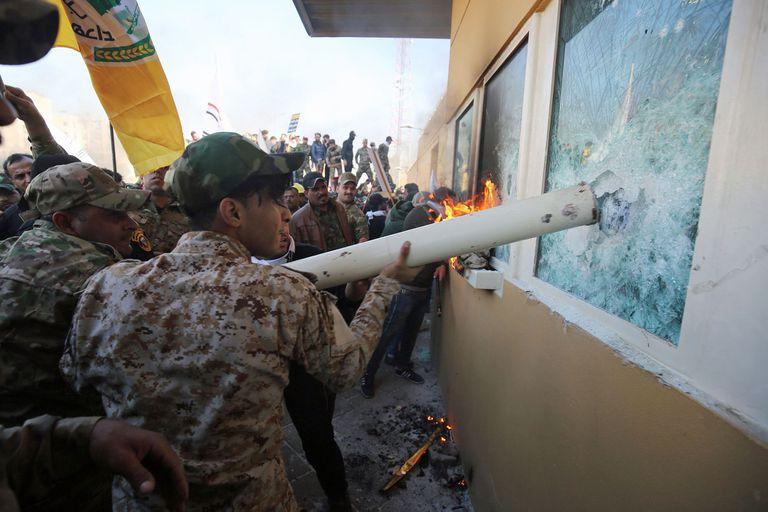 Los manifestantes intentan romper los vidrios blindados de la embajada