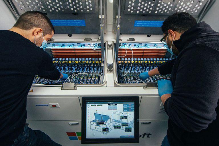 Un grupo de técnicos trabaja en el sistema cerrado donde se sumergen los servidores en Novec, un líquido refrigerante creado por la compañía 3M que ofrece una mejor disipación del calor comparado con sistemas mecánicos de ventilación