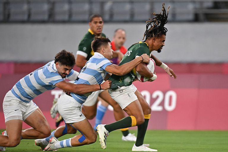 Selvyn Davids, el mejor jugador sudafricano, es tackleado en simultáneo por Ignacio Mendy y Marcos Moneta; los Pumas tuvieron una actuación descomunal