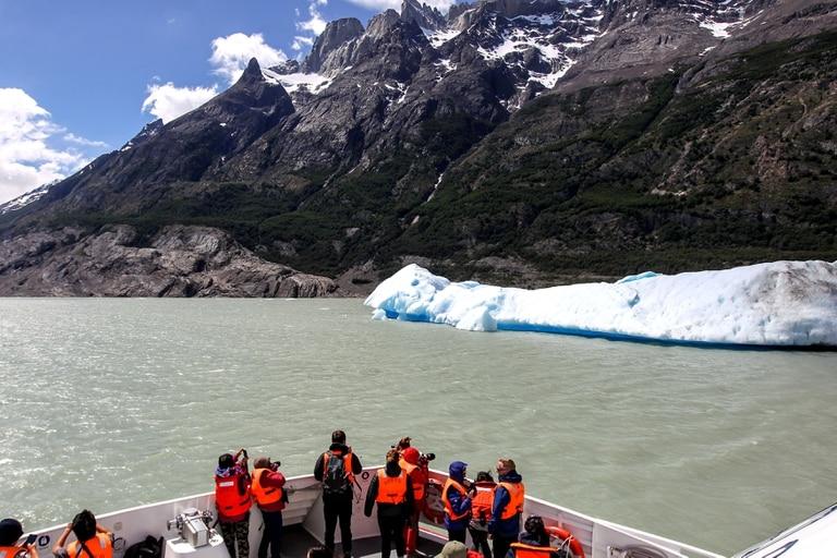 El hielo flota sobre el lago Grey, en el Parque Nacional Torres del Paine