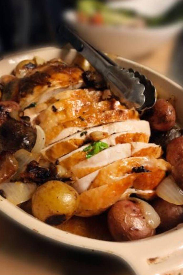 Galantina de pollo, papas asadas y hongos