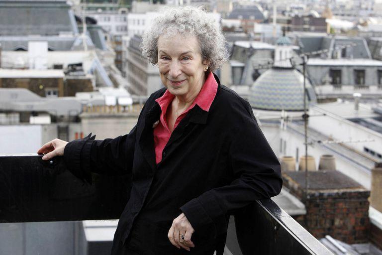 """La obra de Margaret Atwood, más allá de """"El cuento de la criada"""", su novela más famosa"""
