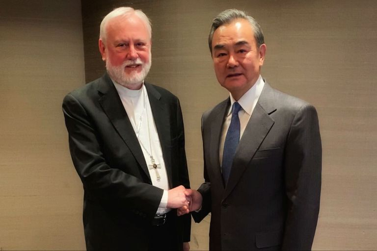 Paul Gallagher, secretario para las relaciones con los Estados de la Santa Sede, recibió al canciller chino, Wang Yi