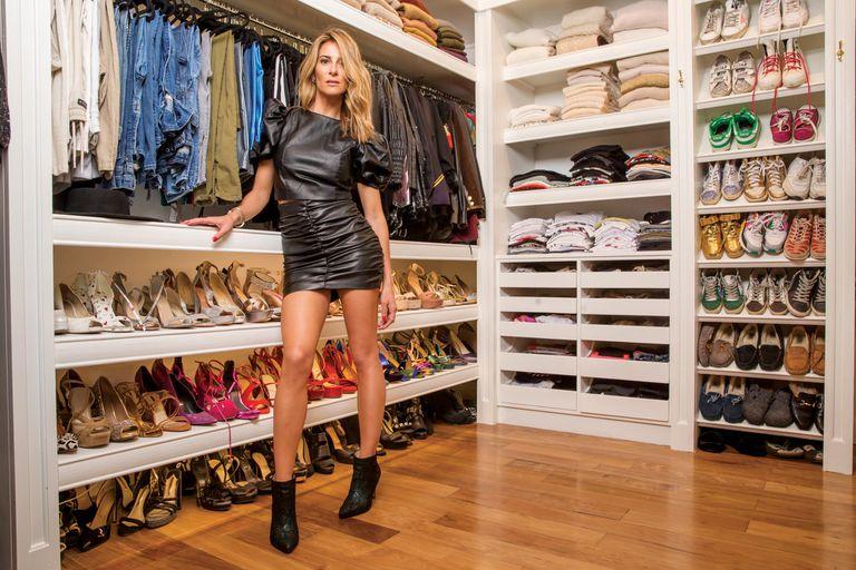 """Puli nos muestra uno de sus vestidores, donde tiene más de cien pares de zapatos. """"Siempre fueron una obsesión, los colecciono, aunque también cada tanto ordeno y regalo. Tengo pares desde hace veinticinco años"""", cuenta"""