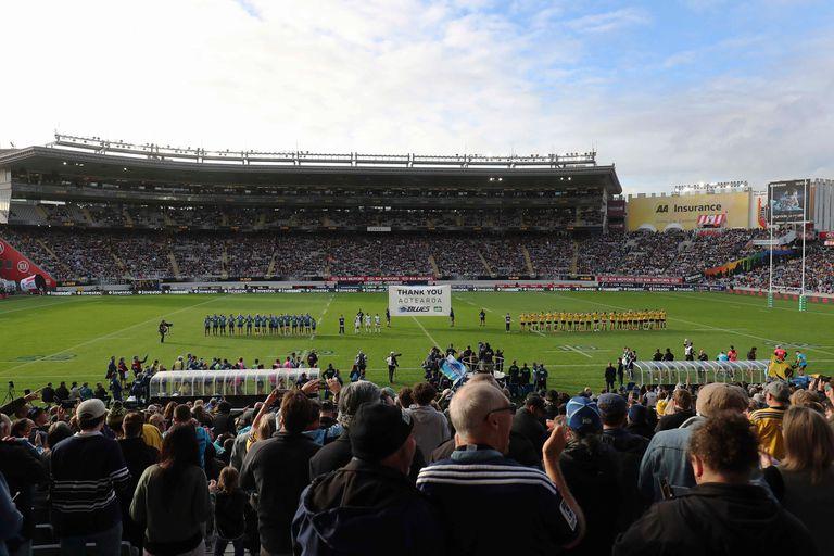 Esta vista general muestra a los espectadores que asistieron al partido de Super Rugby entre los Blues de Auckland y los Hurricanes de Wellington en el estadio Eden Park en Auckland, este domiingo