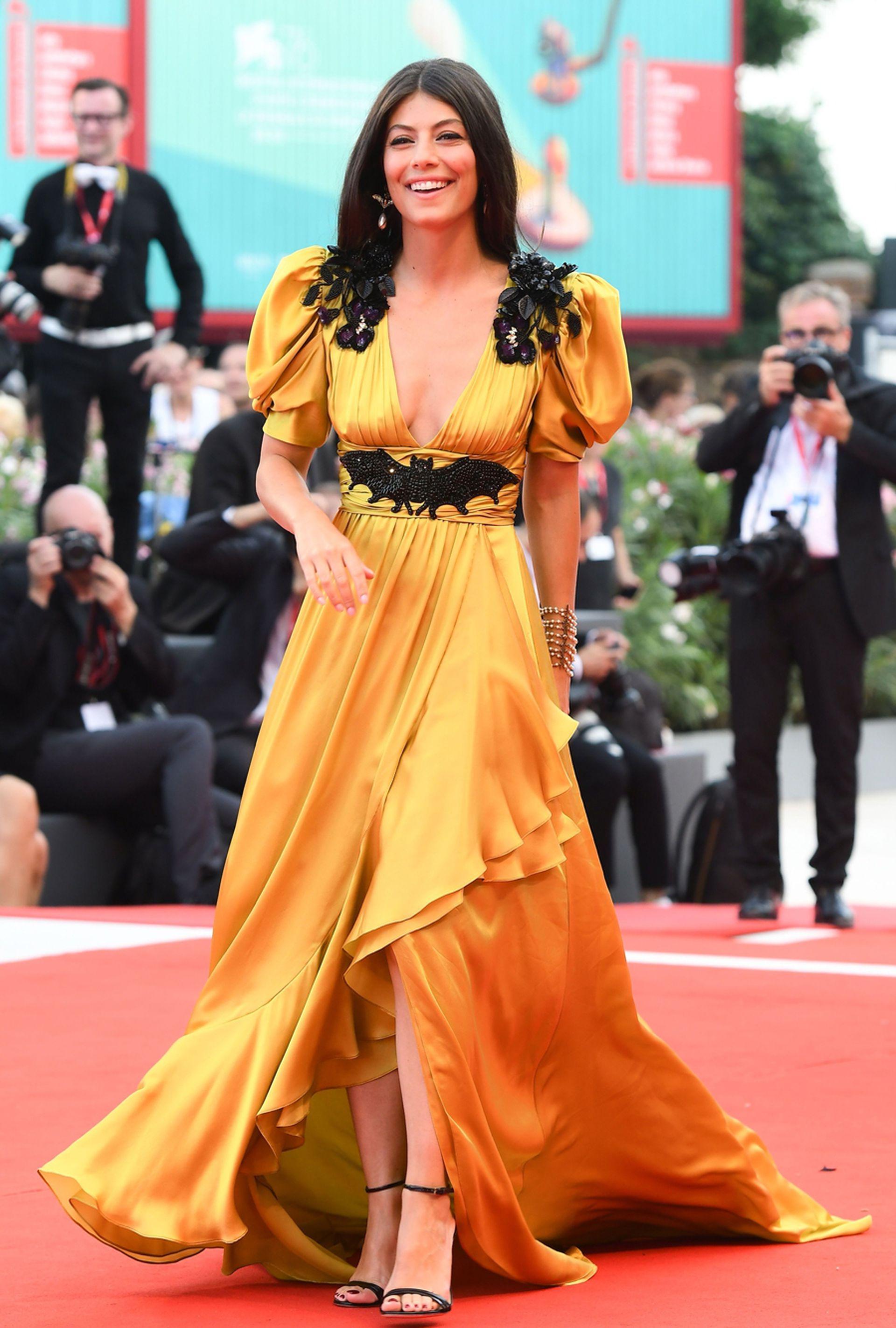 La actriz italiana Alessandra Mastronardi sorprendió con un vestido de Gucci con un curioso detalle en su cintura: el característico símbolo de Batman