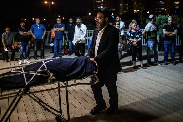 Familiares de Leah Yom-Tov, muerto por el ataque palestino, en el funeral en Rishon Lezion