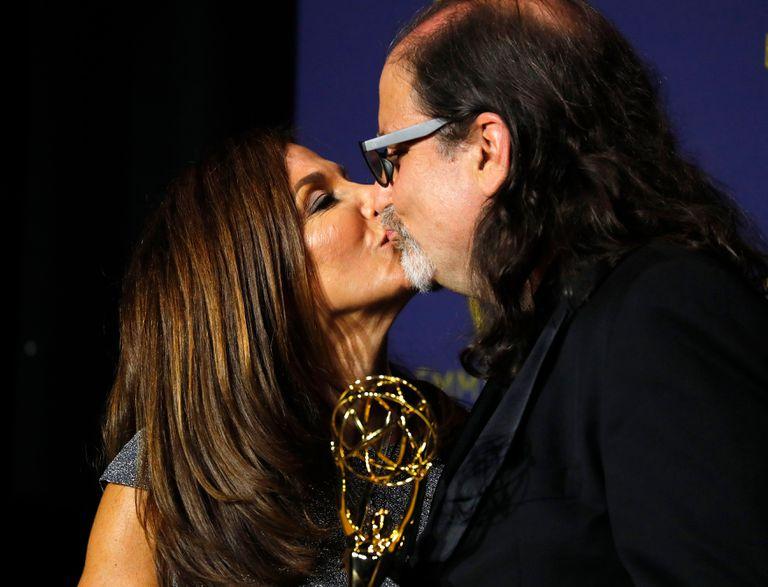 Jan Svendsen, su flamante prometido Glenn Weiss y el Emmy que ganó por dirigir la transmisión del Oscar y que provocó una de las escenas más memorables de esta ceremonia