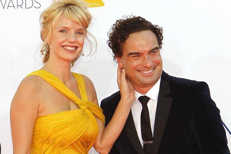 Una foto del pasado. Johnny Galecki y su novia, en la alfombra roja años atrás