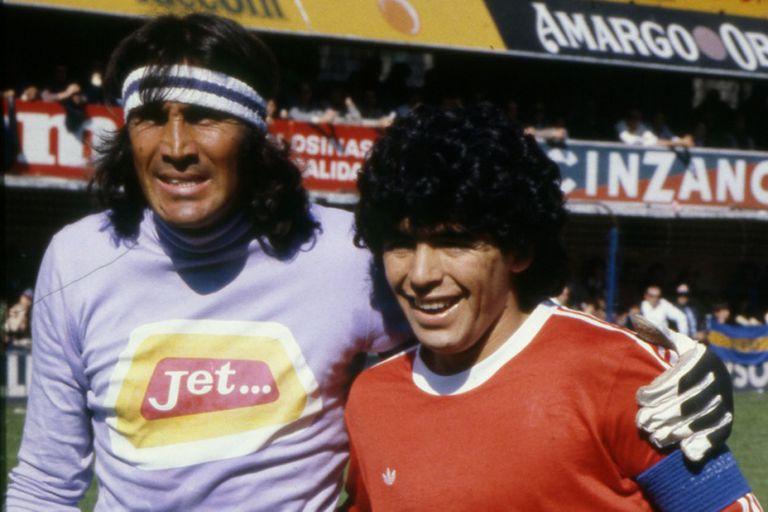 Maradona abrazado con Gatti, antes de un enfrentamiento en la Bombonera