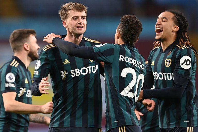 Sonríe Bielsa. Un cambio sorpresivo, un 9 genial y fiesta: Leeds ganó 3-0
