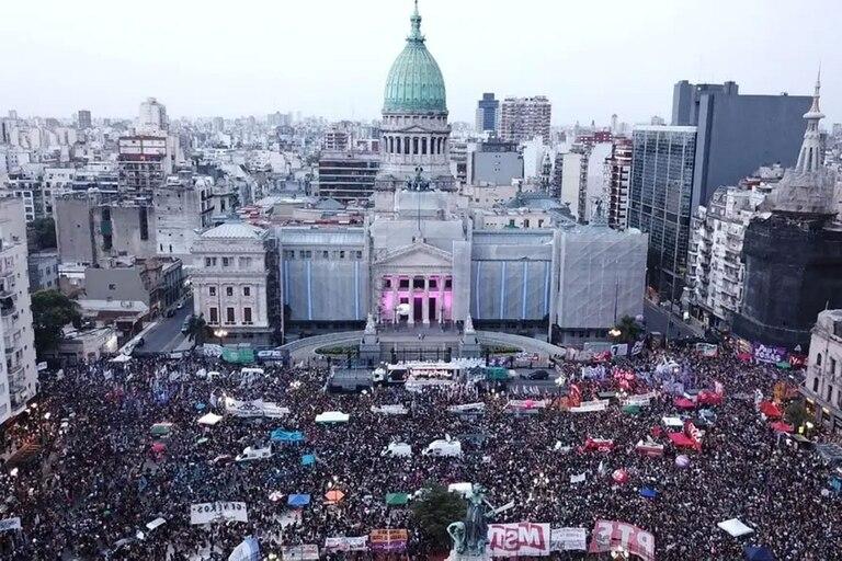 Multirudinaria marcha de mujeres en el Congreso