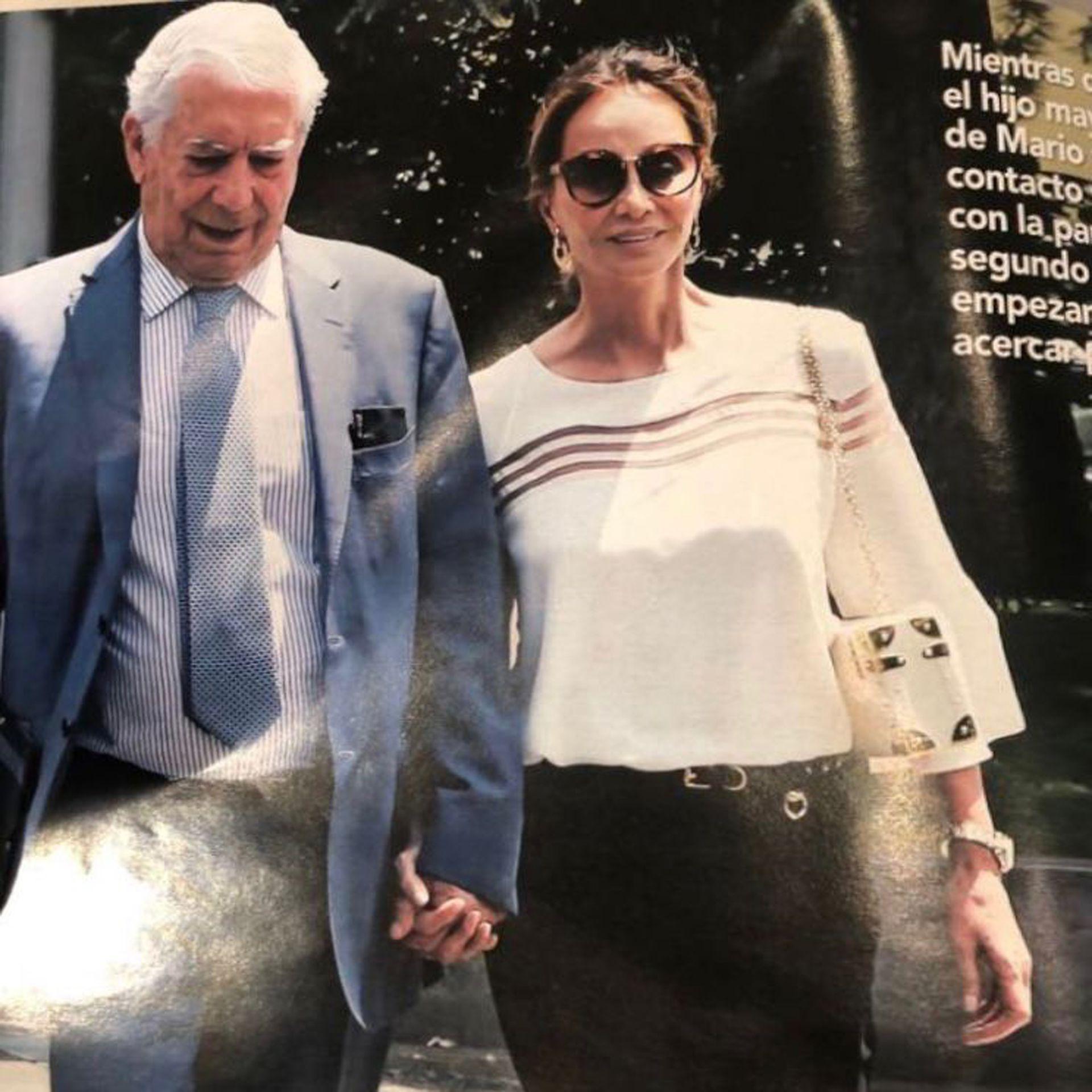 Isabel Preysler, protagonista de la vida social en Madrid, en una foto de la revista ¡HOLA!, con una cartera Luis Negri.