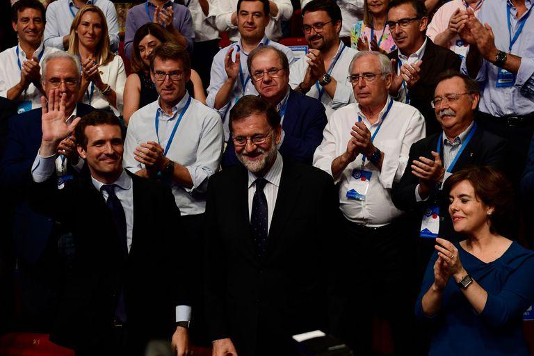 La llegada de Casado a la cúpula partidaria significa un revés para Mariano Rajoy: la contricante derrotada en la primaria fue su vicepresidenta, Soraya Sáenz de Santamaría