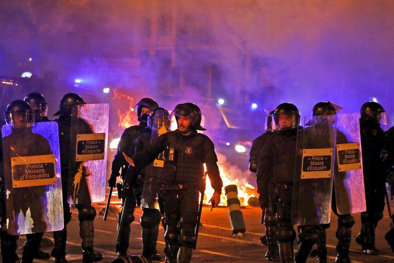 Tras una nueva noche de violencia callejera, Cataluña se despertaba este jueves con carreteras y vías férreas cortadas en la cuarta jornada de movilización contra las duras condenas contra dirigentes independentistas por su papel en la tentativa de secesión de 2017.