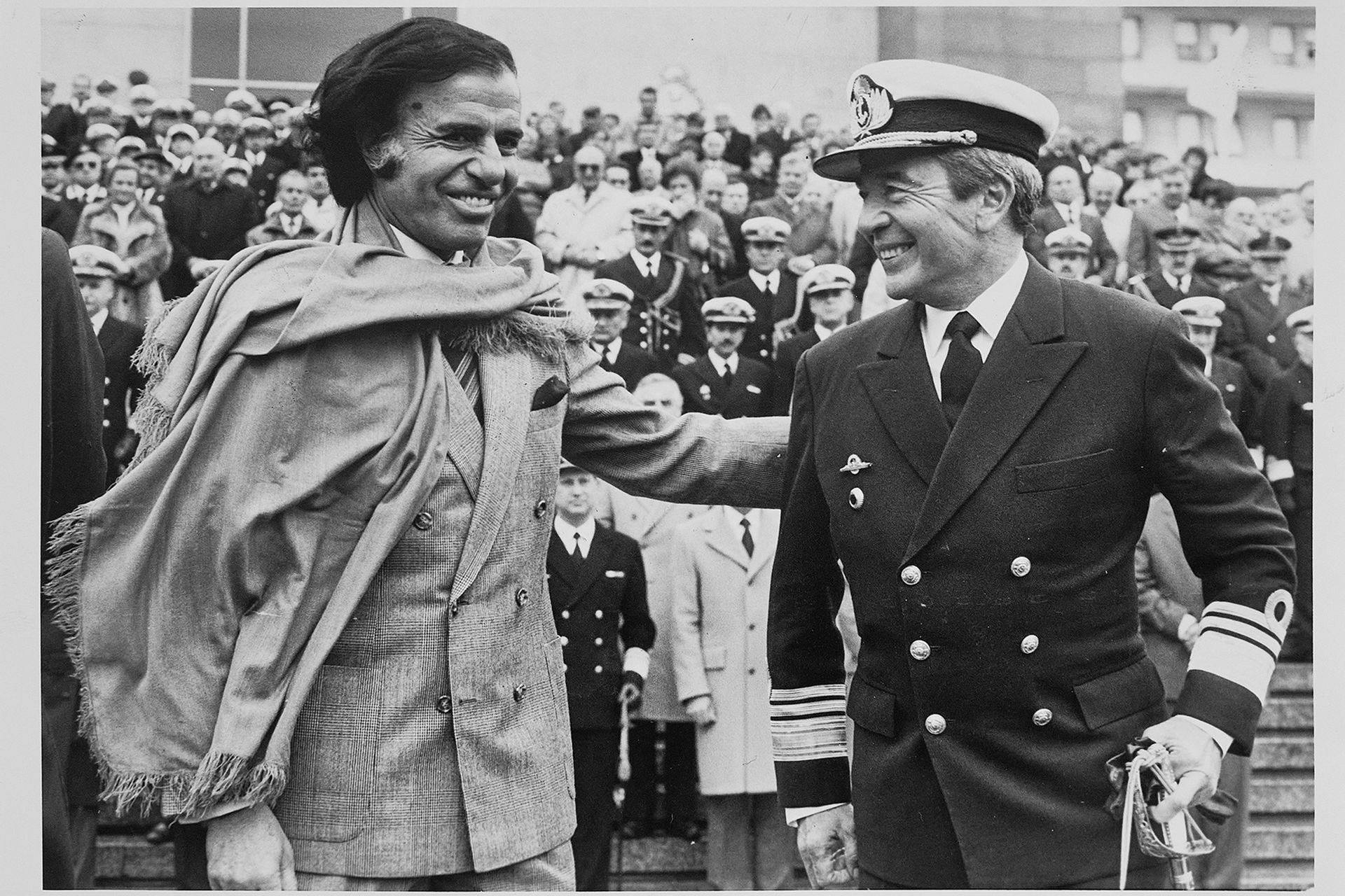 Menem y Ferrer en el acto por el día de la armada, el 17 de mayo de 1990 Reproducciones que pertenecieron al archivo de Tiempo Argentino, Cronista Comercial y La Opinión. Muchas son de las agencias DyN y Telam. Corresponden a la década del 70 y 80. Hernán Zenteno/Reproducción