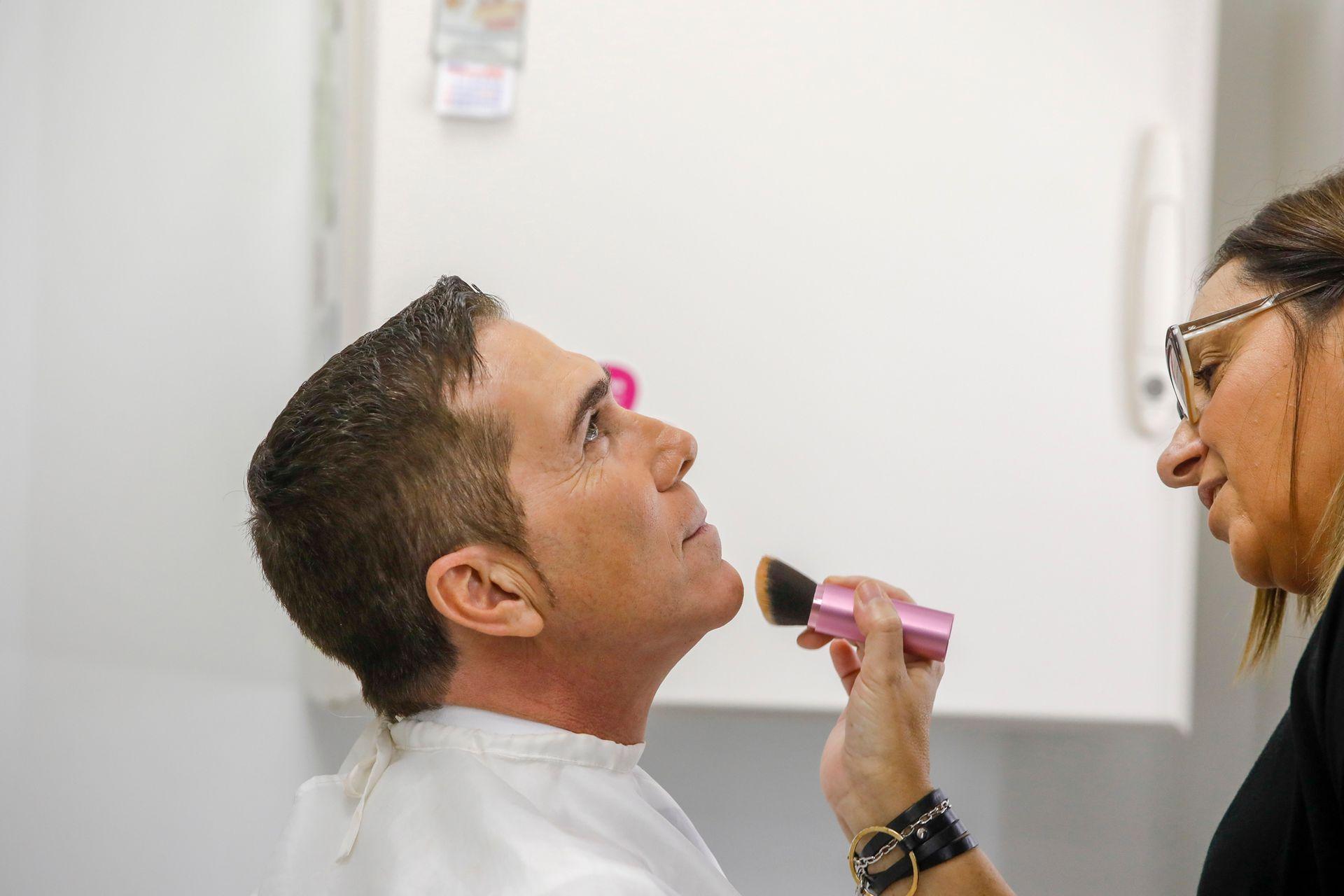 Antes de salir al aire, Barili pasa por la sala de maquillaje
