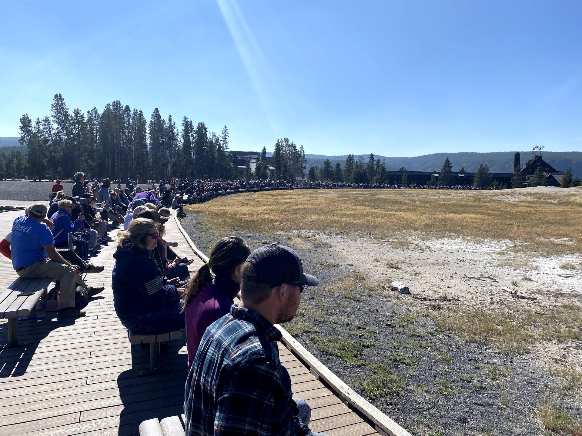 Una multitud espera la erupción del Old Faithfull, el geyser más antiguo y el más predecible del parque.