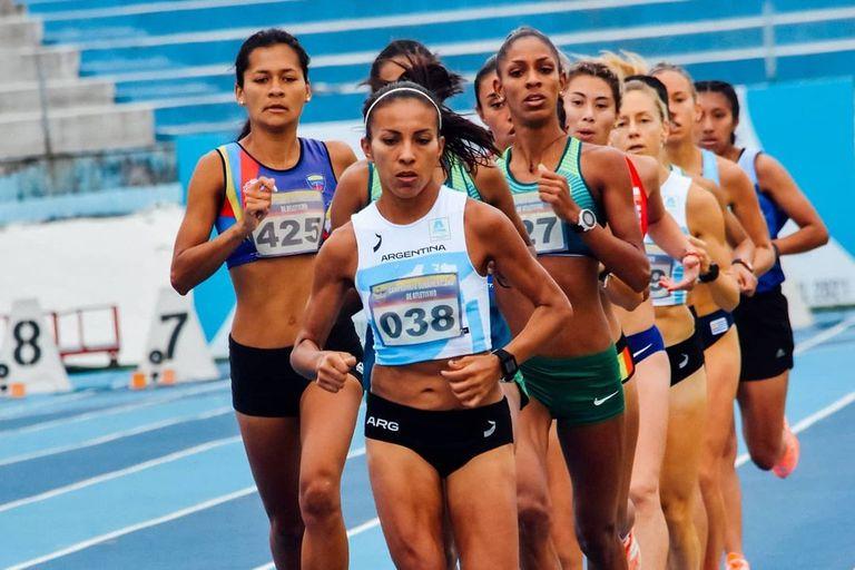 Marcela Gómez encabezando un pelotón; la atleta recibirá una beca del Enard como clasificada olímpica.