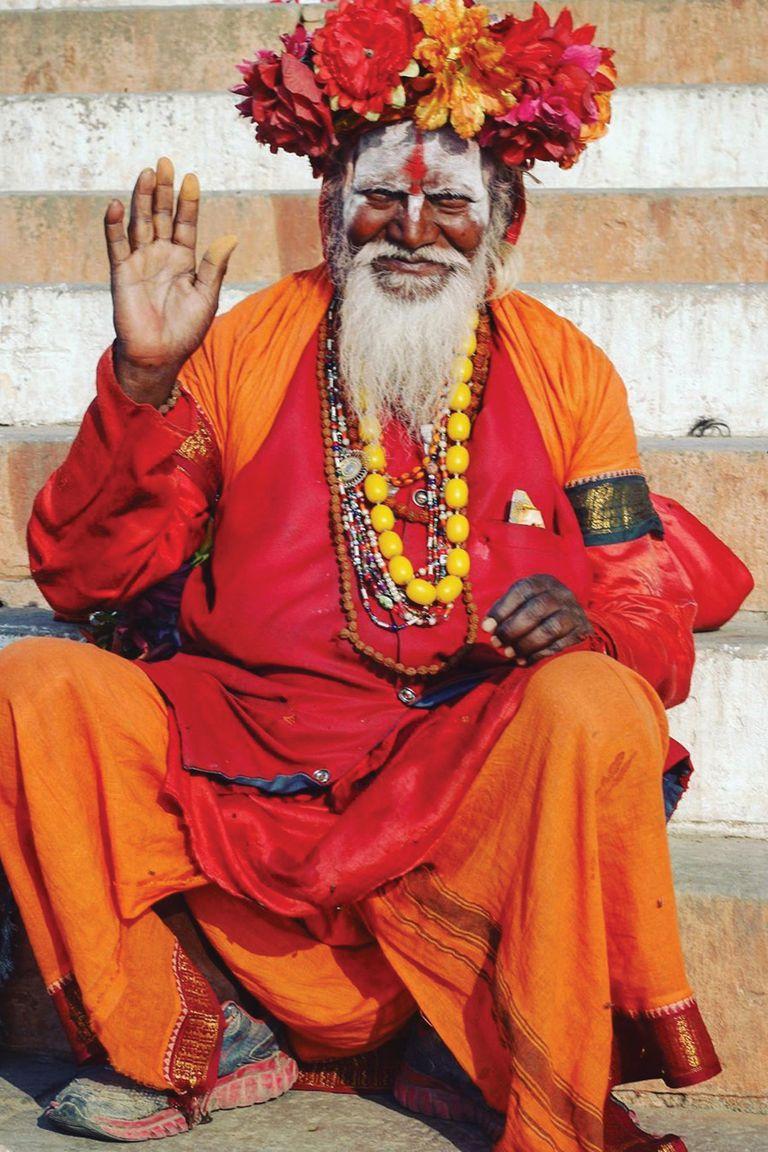 Un sadhu, un monje hindú, posa frente al río sagrado Manikarnika Ghat.