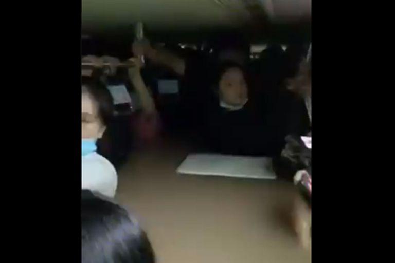 El agua llegó hasta el cuello de algunos pasajeros, aun cuando se subieron a los asientos