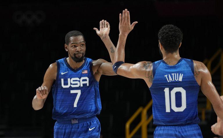 Kevin Durant y Jayson Tatum celebran al final del partido