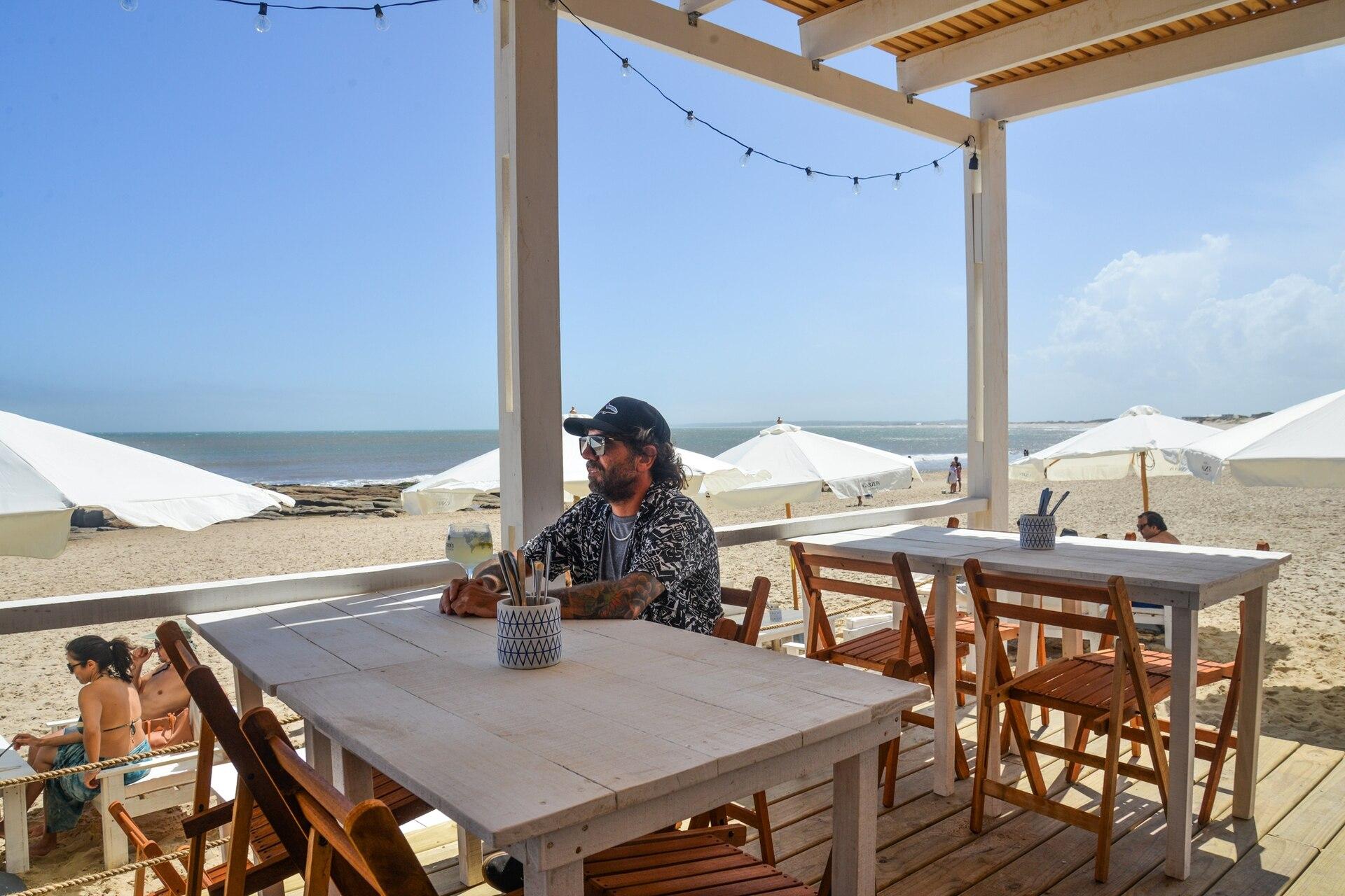 Los restaurantes ofrecen mesas al aire libre y take away