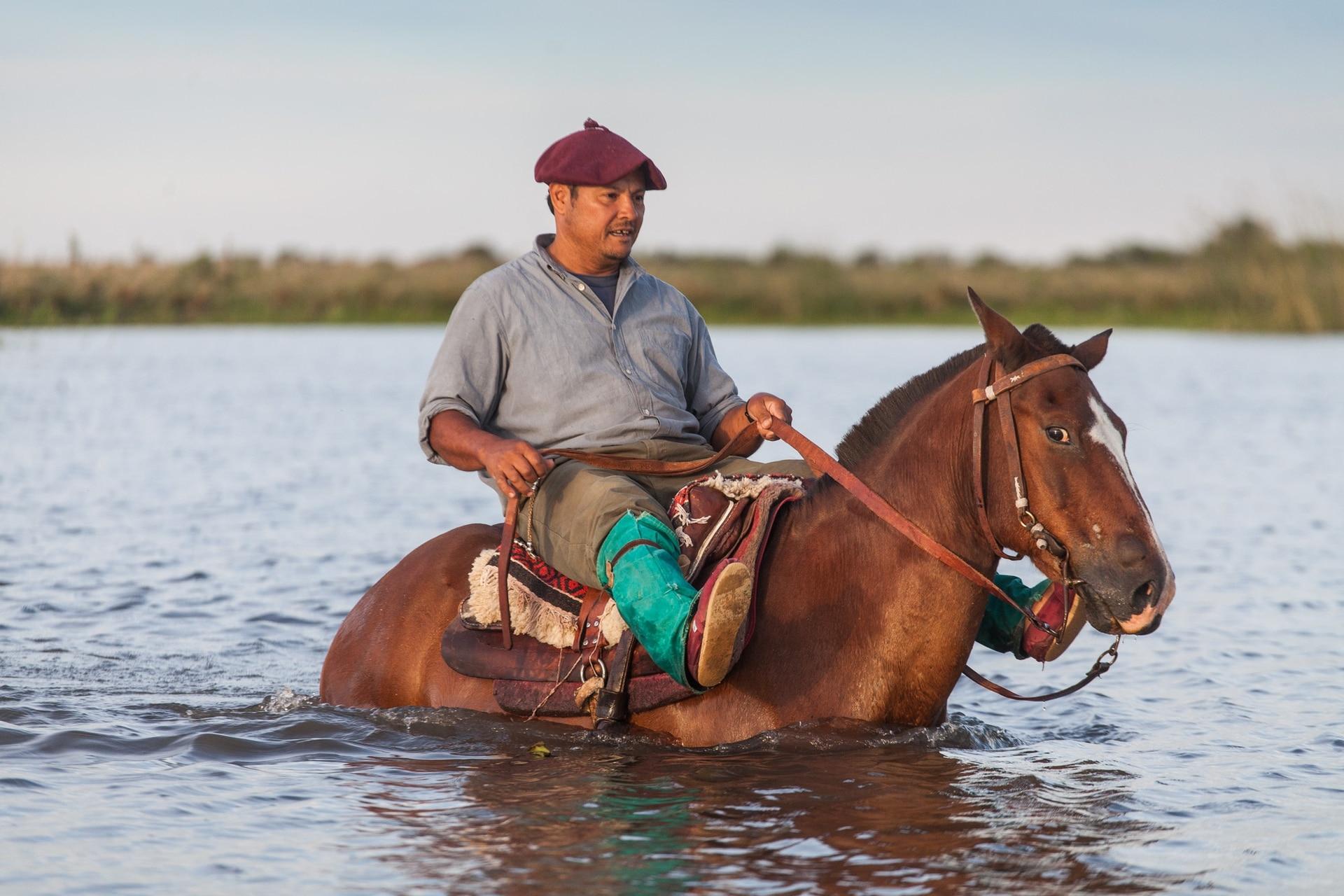 Luis Antonio Chamorro, alias Piqui, cruza la laguna a caballo.