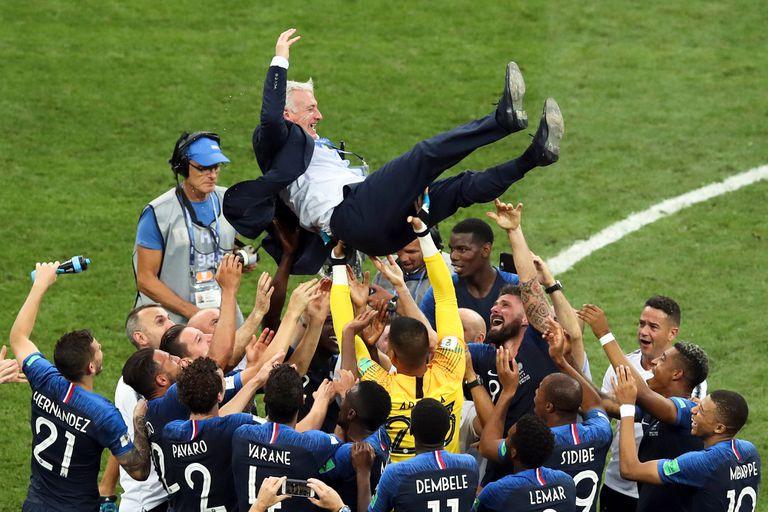 Jugadores de Francia levantan al entrenador, Didier Deschamps, tras vencer a Croacia en la final de Rusia 2018