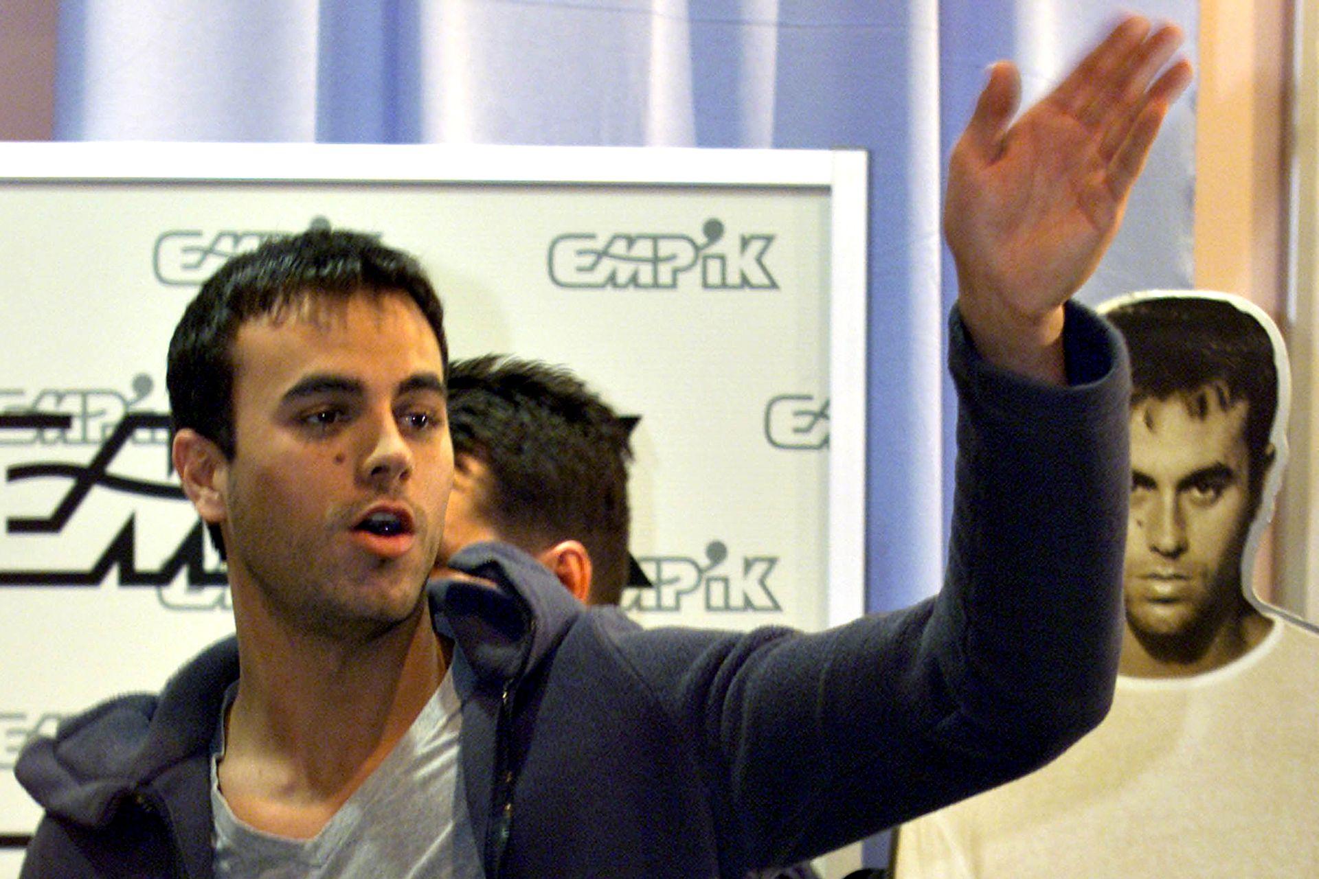 El cantante español saluda a sus fans en una tienda de música en Varsovia, Polonia, el 28 de febrero de 2000