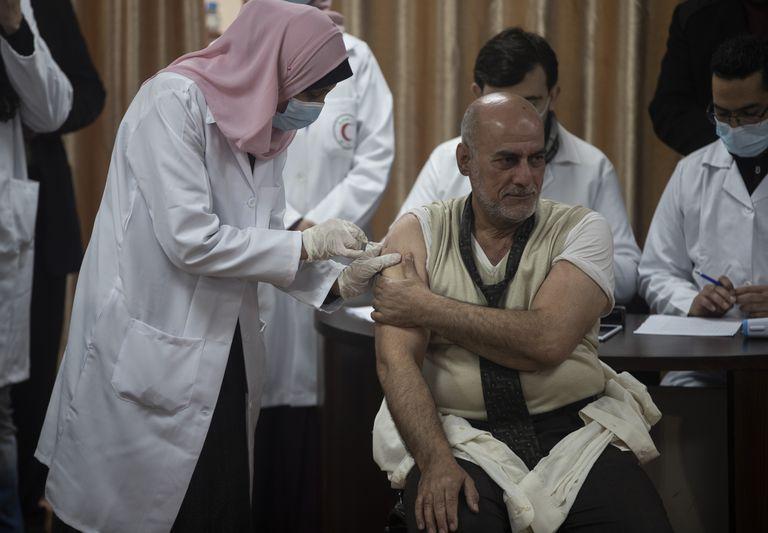 El exministro de Salud palestino Jawad al-Tibi recibe la vacuna contra el Covid-19 Sputnik V de fabricación rusa, en la ciudad de Gaza, el lunes 22 de febrero de 2021