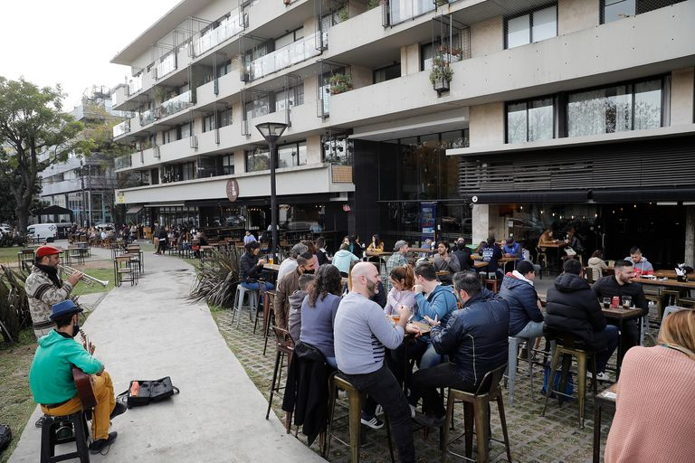 En el corredor gastronómico de Donado y Holmberg, DoHo, los vecinos de todas las edades aprovechan para disfrutar de la gastronomía al aire libre
