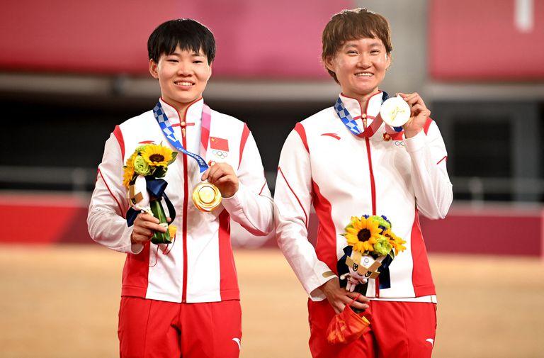 Bao Shanju y Zhong Tianshi con las medallas en el velódromo en Izu (Photo by Peter PARKS / AFP)