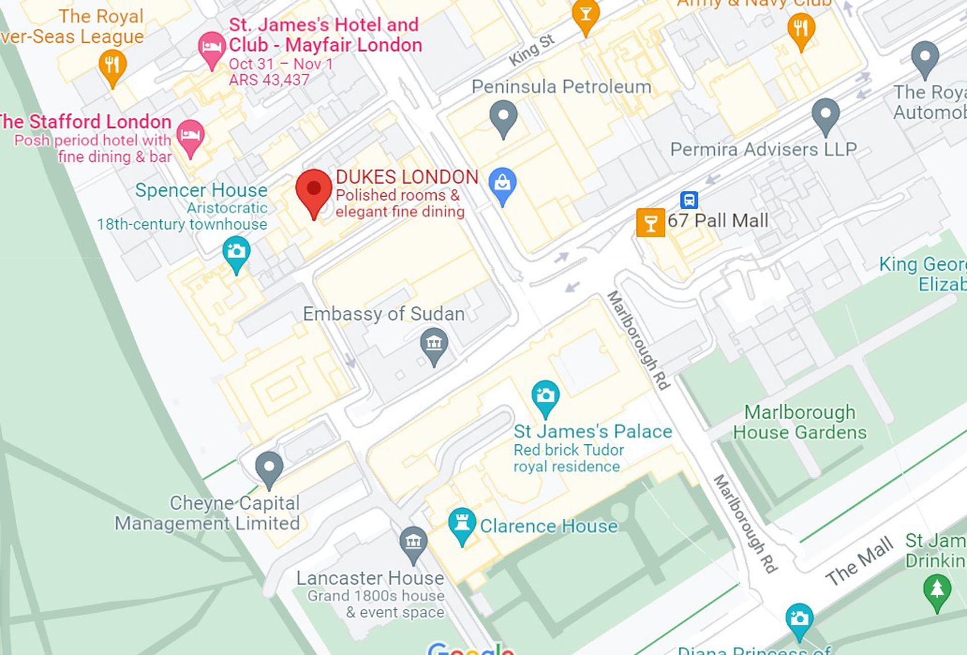 UN recorte del plano de Londres que muestra la distancia que hay entre el Saint James Palace y el Dukes Bar. Si bien Queen Elizabeth no vive allí, Saint James sigue siendo sede formal de la Corte Real. Además, es la residencia en Londres de la princesa Ana.