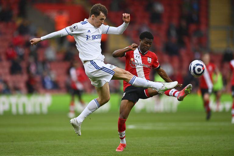 En foto del 18 de mayo del 2021, Diego Llorente del Leeds United pelea por el balón con Nathan Tella del Southampton en el encuentro de la Liga Premier. El martes 8 de junio del 2021, Llorente se convierte en el segundo jugador de la selección española que da positivo por COVID-19. (Dan Mullan/Pool via AP)