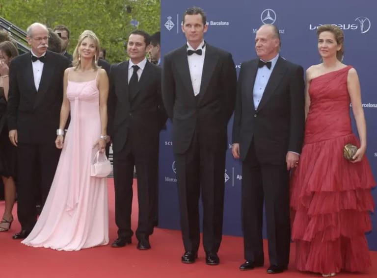 El entonces rey de España Juan Carlos I, junto a los duques de Palma Cristina e Iñaki Urdangarin y Corinna Larsen posando durante los premios Laureus 2006