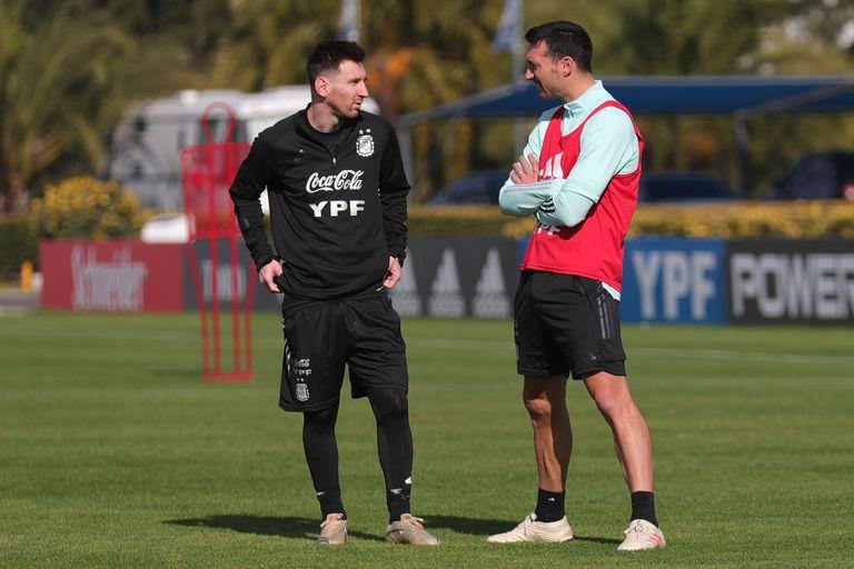 Los Lionel: Messi y Scaloni, en un entrenamiento. El DT fue su compañero en el Mundial de Alemania 2006, el primero del ahora capitán.